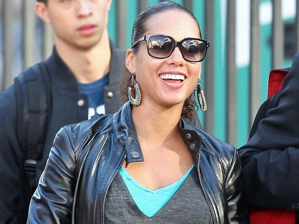 Grávida de sete meses, Alicia Keys passeia pelas ruas de Nova York (13/10/2010)