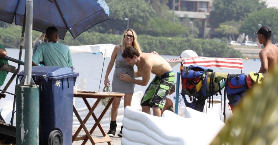 Após praticar wakeboard, Jonatas Faro acaricia a barriga de Danielle Winits na Lagoa Rodrigo de Freitas (16/10/2010)
