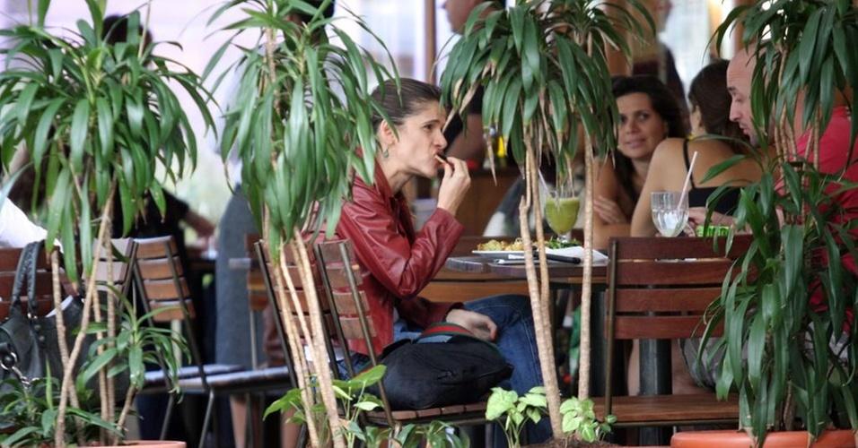 A atriz Ingrid Guimarães almoça com a amiga Mônica Martelli em restaurante no Leblon (20/10/2010)
