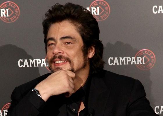 O ator Benício del Toro participa de conferência de imprensa da Campari em Milão (21/10/2010)