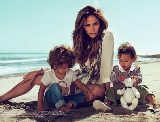 A cantora Jennifer Lopez posa com os filhos Emme (esq.) e Max (dir.) para campanha da Gucci