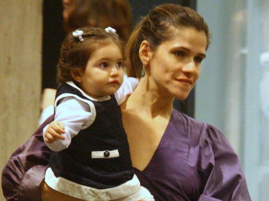 Ingrid Guimarães passeia com a filha Clara em um shopping da zona sul do Rio (10/10/10)