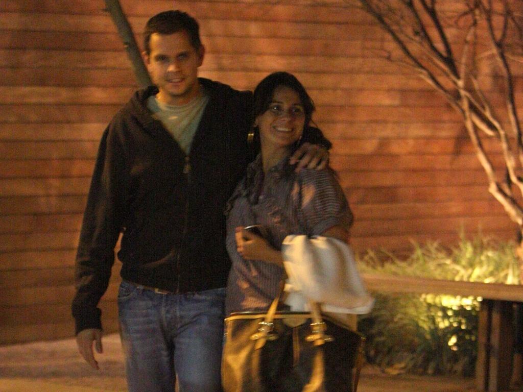Giovanna Antonelli janta com o marido em uma pizzaria carioca (22/10/2010)