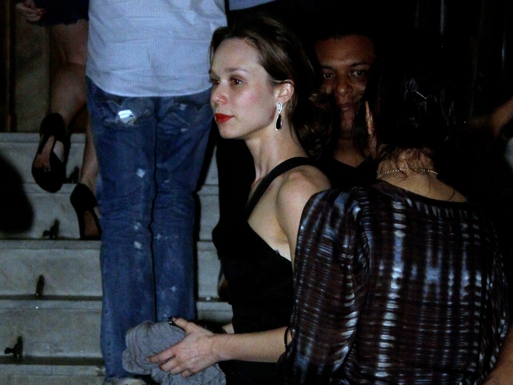 Mariana Ximenes vai ao Bailinho no centro do Rio de Janeiro (23/10/2010)