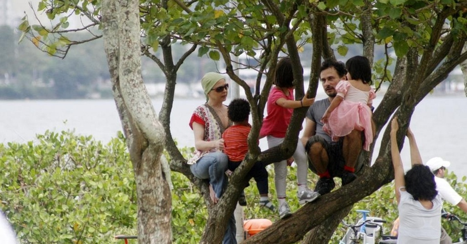 Drica Moraes passeia com o filho na Lagoa Rodrigo de Feritas, zona sul do Rio (24/10/10)