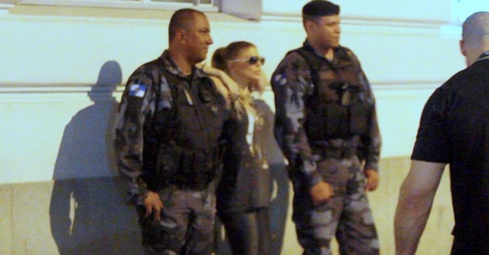 Fergie posa com policiais em frente ao Copacabana Palace (14/10/2010)