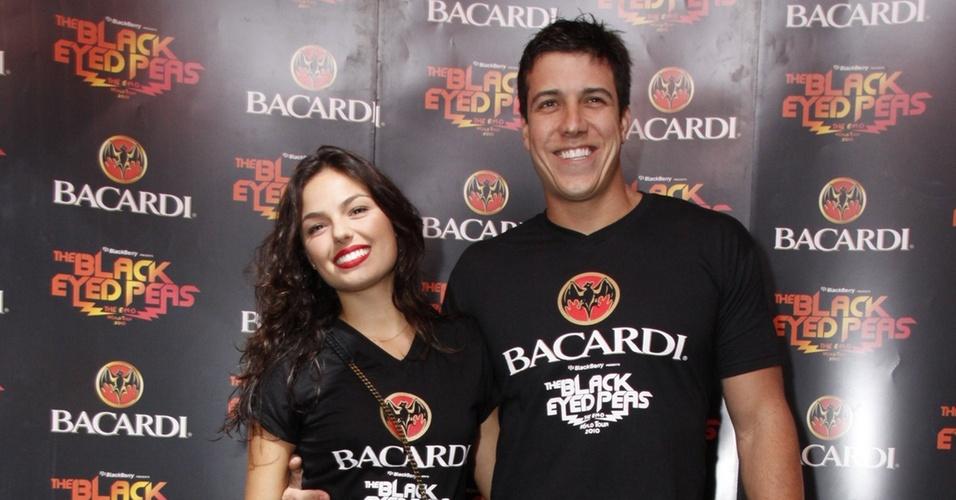 Isis Valverde chega acompanhada do namorado, Luis Felipe Reif, no camarote do show do Black Eyed Peas na Praça da Apoteose, Rio de Janeiro (24/10/2010)