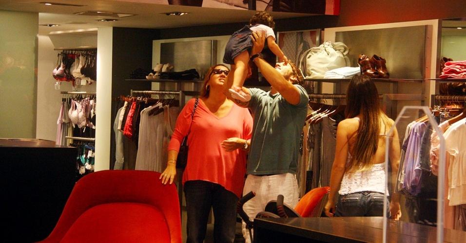 Cláudia Jimenez brinca com sobrinha de Rodrigo Bonadio em shopping (25/10/2010)