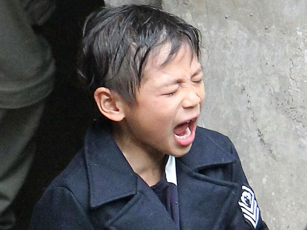 Maddox, filho de Angelina Jolie e Brad Pitt vai a um parque em Budapeste com os pais (27/10/2010)