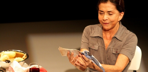 """Betty Faria em cena da peça """"Shirley Valentine"""" (setembro/2010)"""