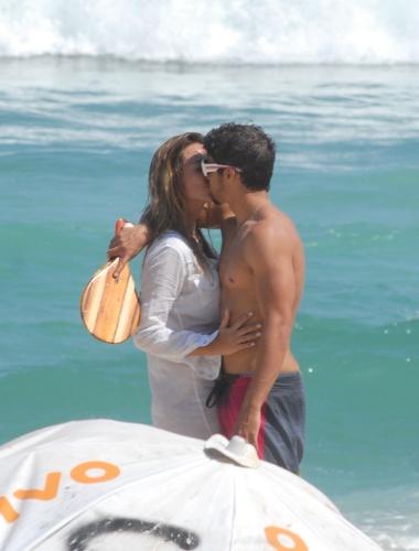 Caio Castro curte praia e namora no Rio de Janeiro (29/10/2010)