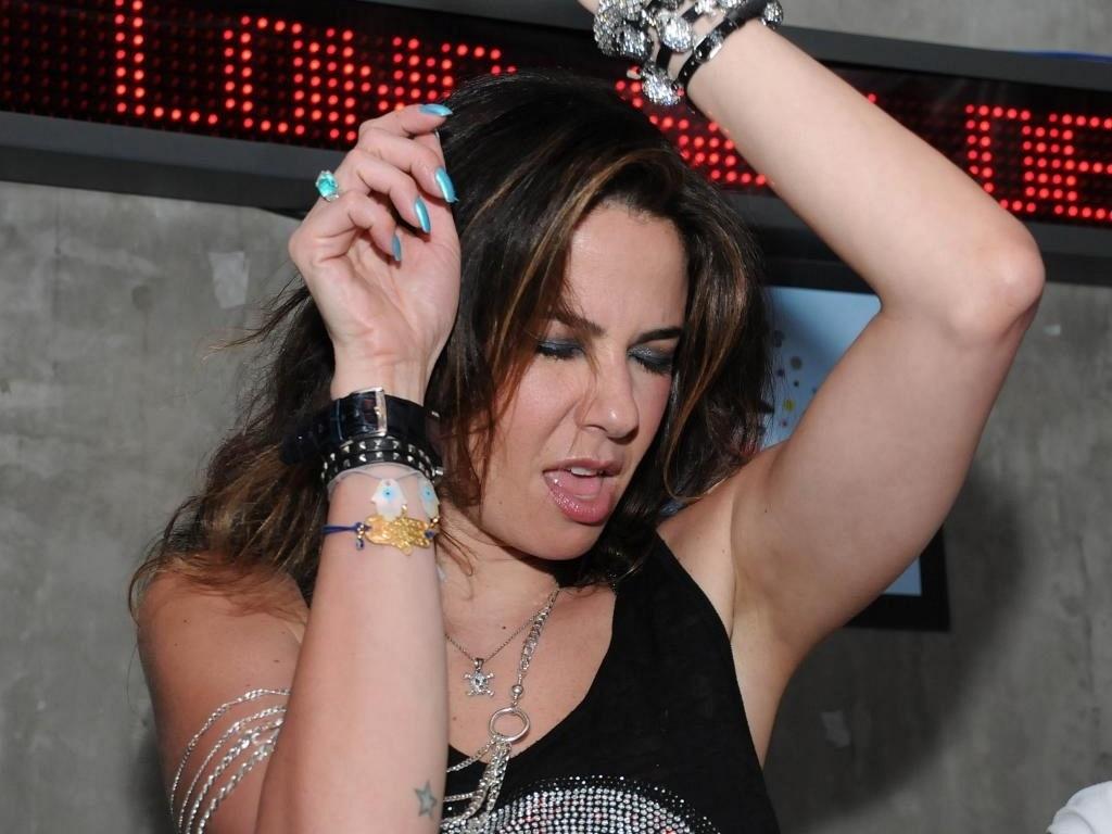 Luciana Gimenez discoteca no bar Sonique, em São Paulo (7/2/2010)