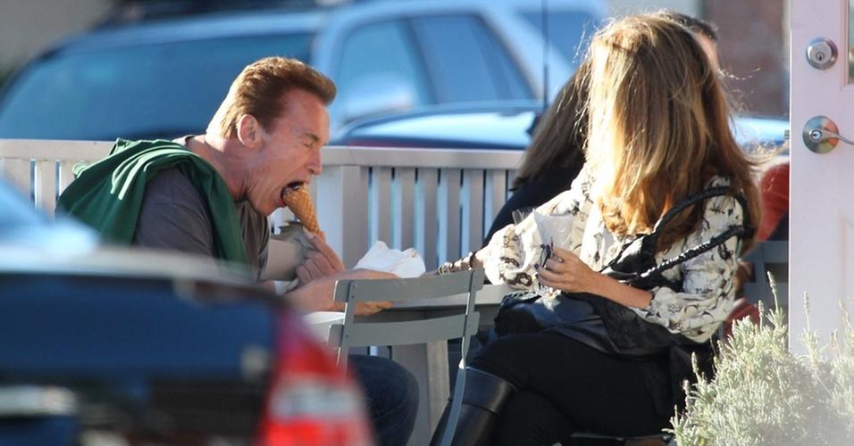 Arnold Schwarzenegger abocanha uma casquinha durante passeio em Los Angeles (30/10/2010)