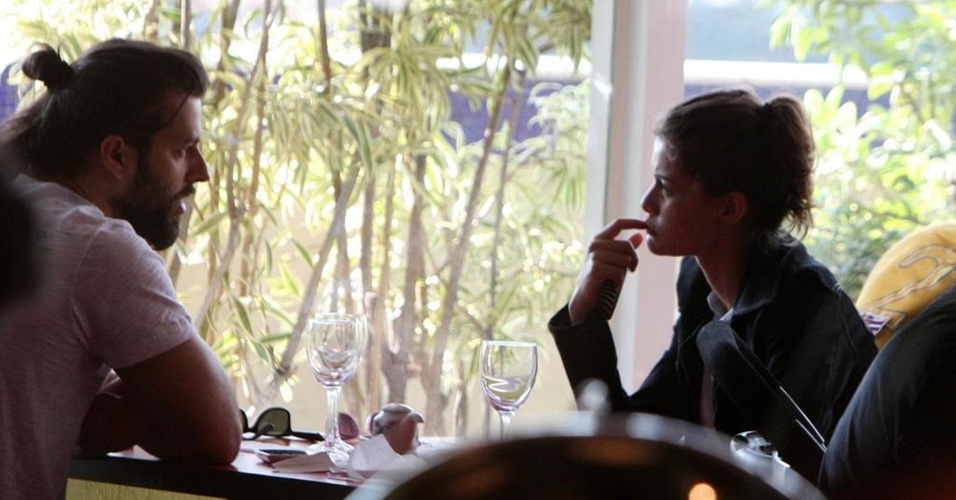Rodrigo Mendonça e Alinne Moraes almoçam em restaurante japonês na zona oeste do Rio (8/8/10)