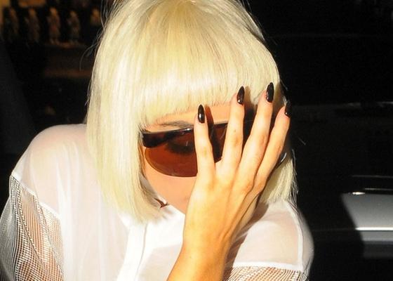 Lady Gaga esconde o rosto dos fotógrafos em Londres (3/11/2010)