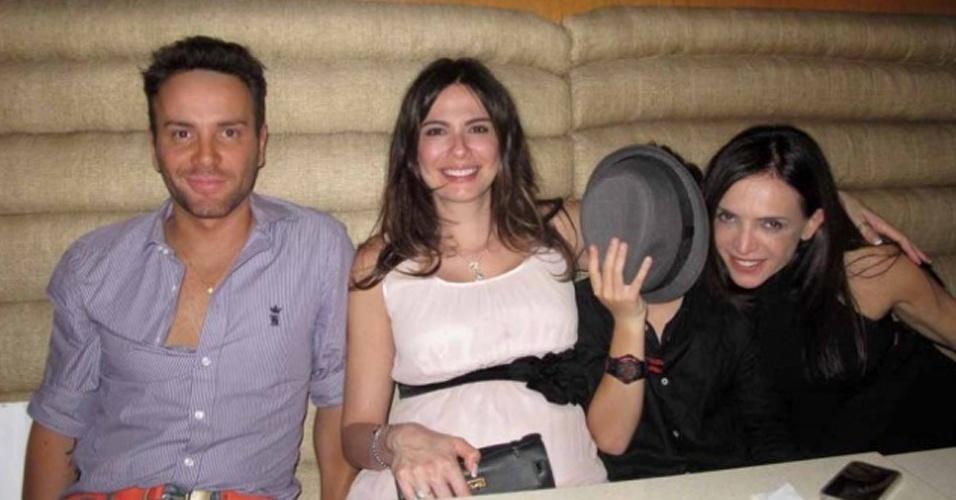 Matheus Mazzafera, Luciana Gimenez, Lucas Jagger e Raquel Silveira comemoram aniversário de Luciana em restaurante japonês (3/11/2010)