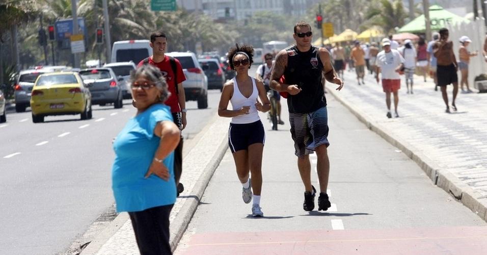Sheron Menezes corre com personal no Rio de Janeiro (4/11/10)