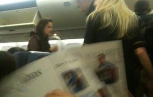 Fã posta foto de Kristen Stewart em voo para o Rio (4/11/2010)