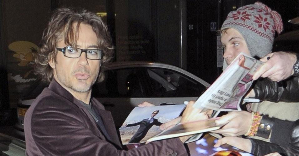 Robert Downey Jr. atende fãs em Londres (4/11/2010)