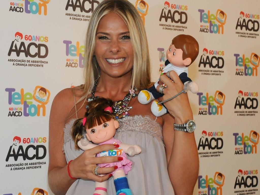 Adriane Galisteu posa para fotos nos bastidores do Teleton 2010, programa em benefício da AACD produzido pelo SBT (05/11/2010)