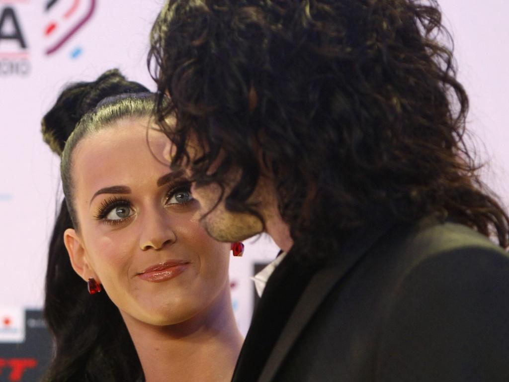 Katy Perry e Russell Brand trocam olhares no tapete vermelho do MTV Europe Music Awards 2010, em Madri (7/11/2010)