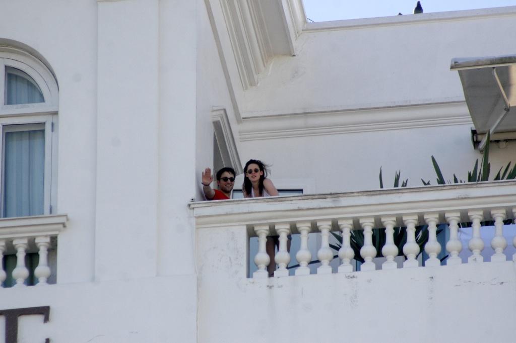 Robert Pattinson e Kristen Stewart acenam da sacada do Copacabana Palace, no Rio (07/11/2010)