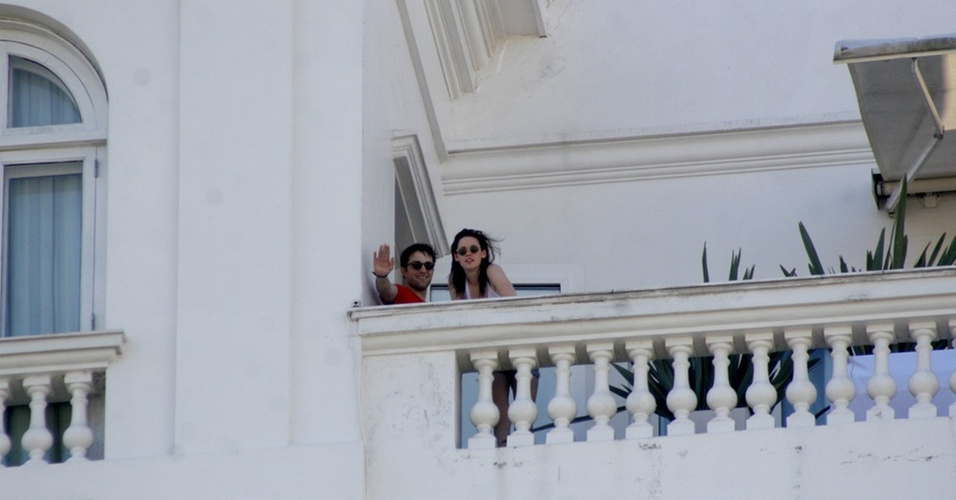 Robert Pattinson e Kristen Stewart acenam da sacada do Copacabana Palace, no Rio (07/11/2010)