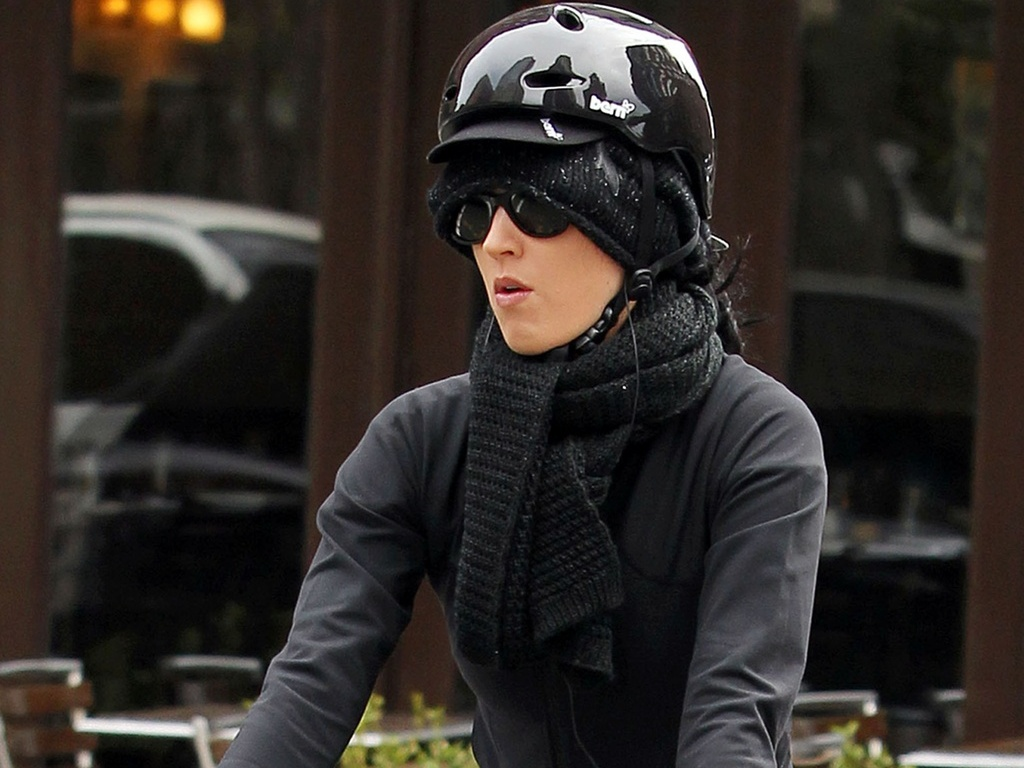 Katy Perry anda de bicicleta por Nova York (10/11/2010)