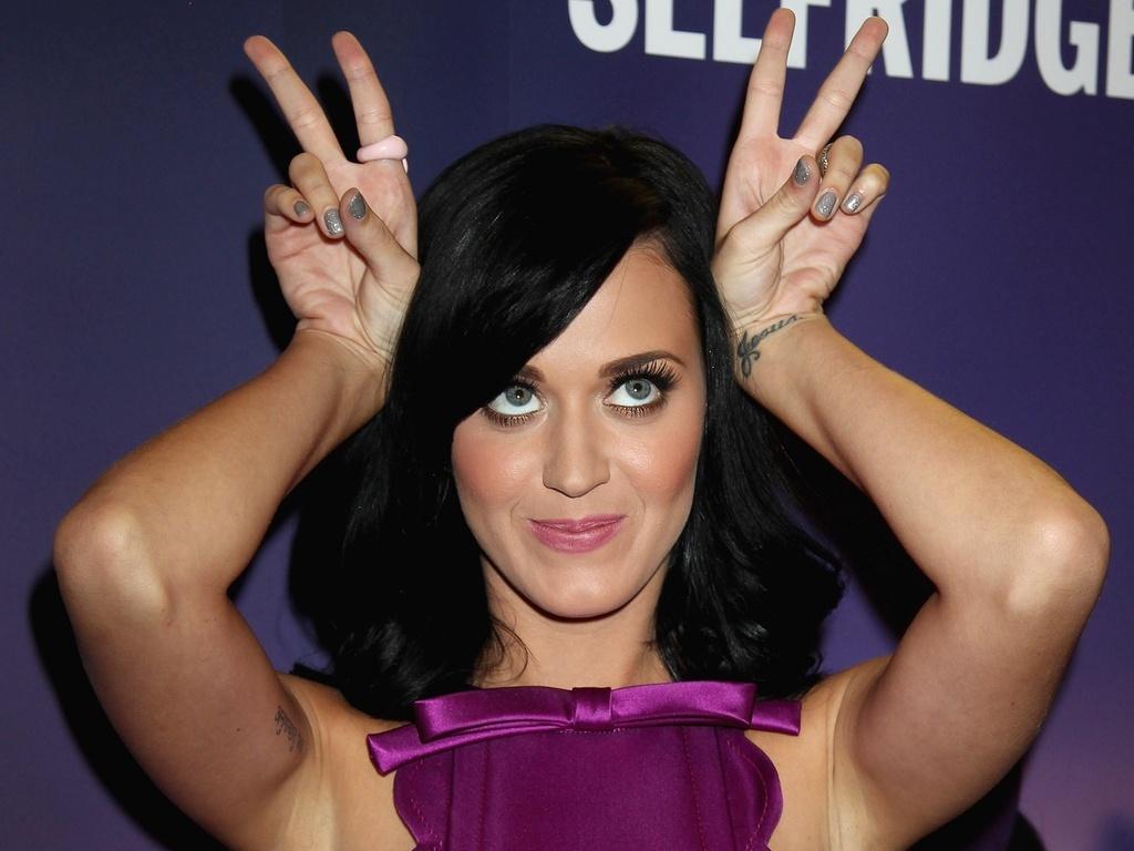 Katy Perry posa para foto durante lançamento de sua fragrância em Londres (12/11/2010)