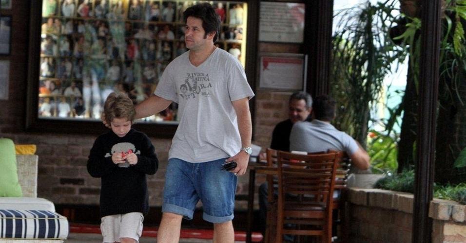 Murilo Benício almoça com o filho, Pietro, em churrascaria no Rio (12/11/10)