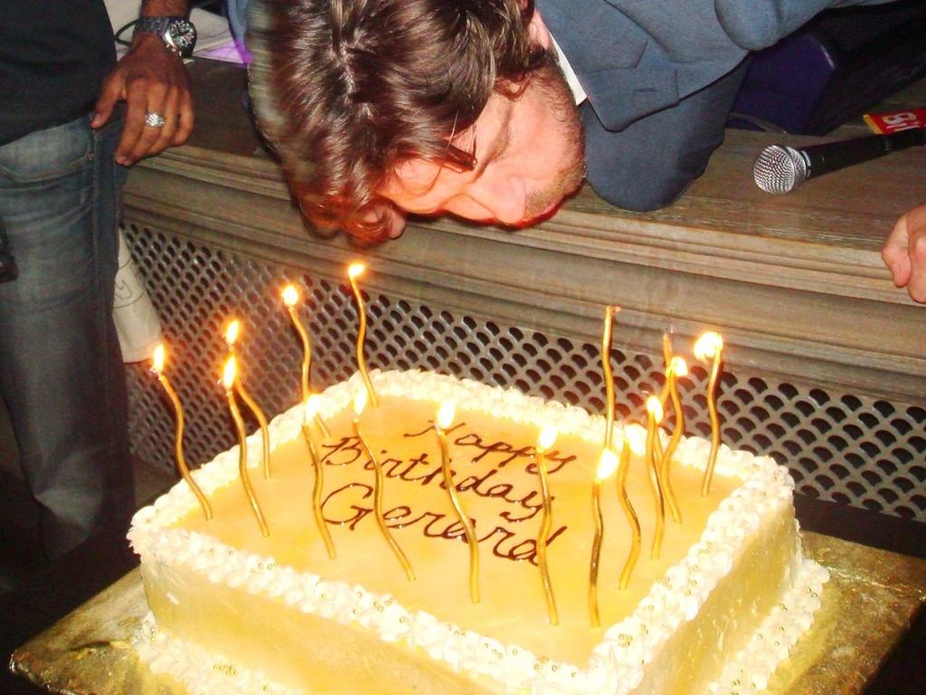 Gerard Butler assopra vela do seu bolo de aniversário de 41 anos em Los Angeles (13/11/2010)