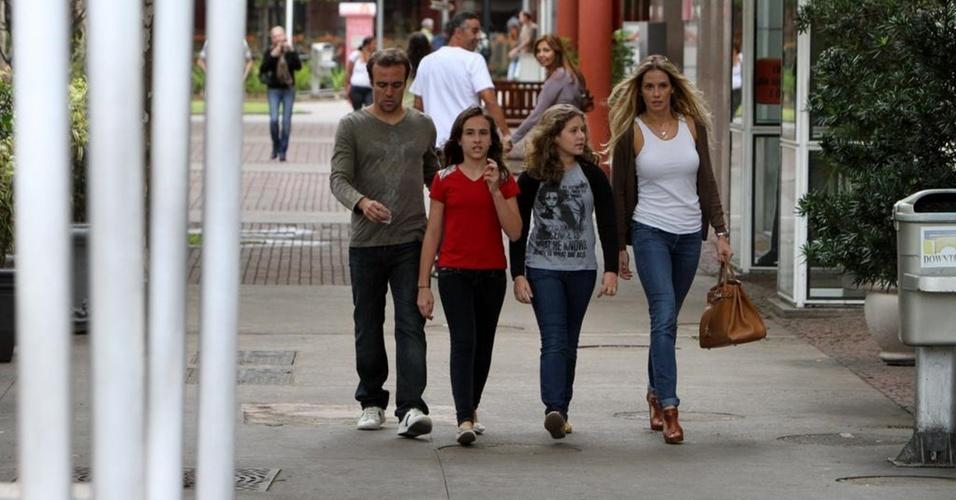 O jogador Roger Flores, a filha Lara, a sobrinha e a mulher Deborah Secco passeiam em shopping na Barra da Tijuca (15/11/2010)