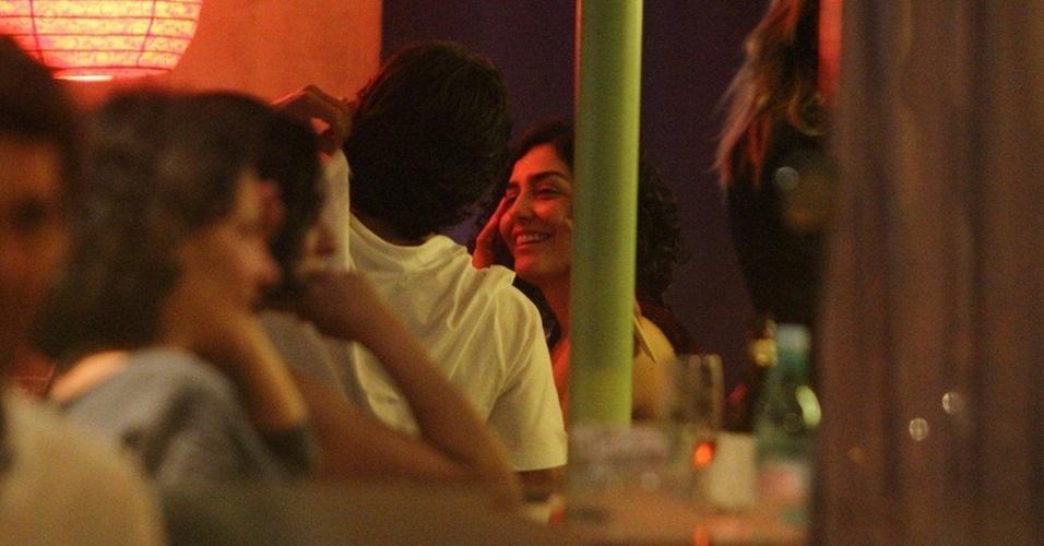 O casal Letícia Sabatella e André Gonçalves foi flagrado em clima de romance durante jantar em um restaurante japonês na Gávea, zona sul do Rio, nesta terça (16/11/2010), dia em que o ator comemorou 35 anos de vida