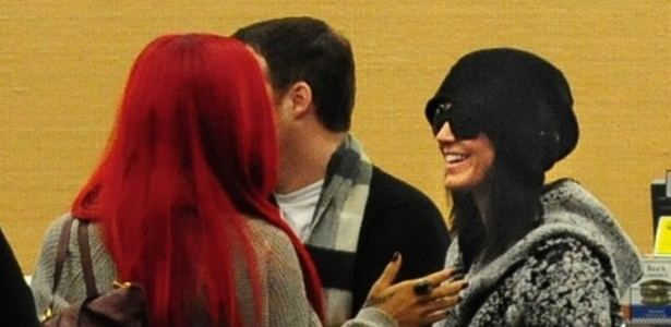 Rihanna e Katy Perry se encontram em aeroporto de Los Angeles (17/11/2010)