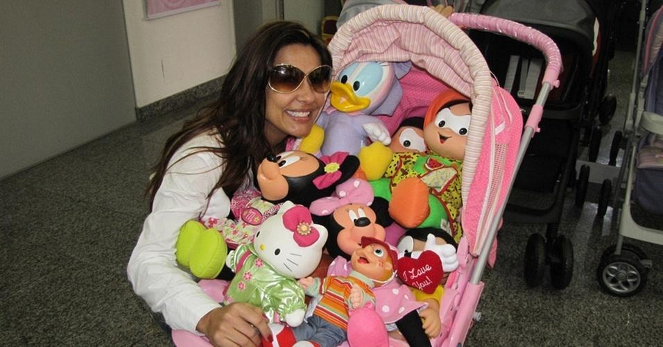 Scheila Carvalho faz compras de Natal em loja de brinquedos de São Paulo (18/11/10)