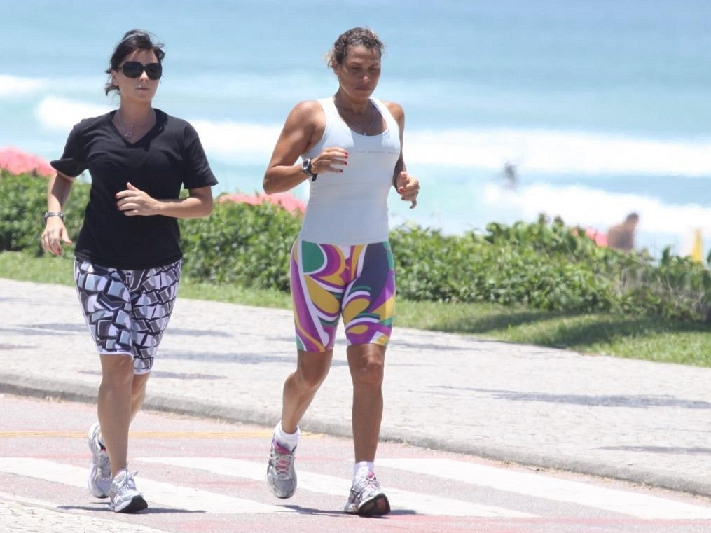 Acompanhada da personal trainer Cláudia Passos, Giovanna Antonelli corre na Barra, zona oeste do Rio (19/11/10)