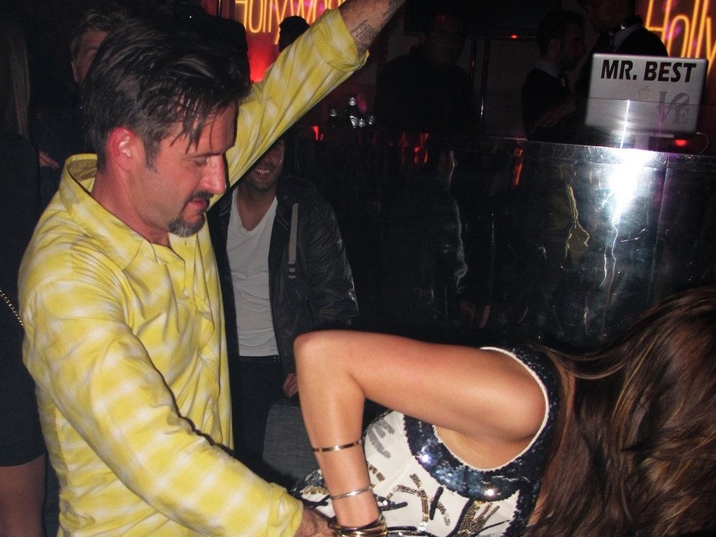 David Arquette dana com mulher desconhecida em casa noturna de Hollywood (17/11/2010)