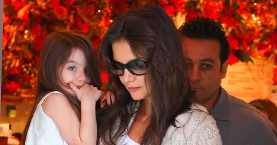 Katie Holmes sai de loja de chocolates com a filha Suri no colo em Beverly Hills (24/11/2010)