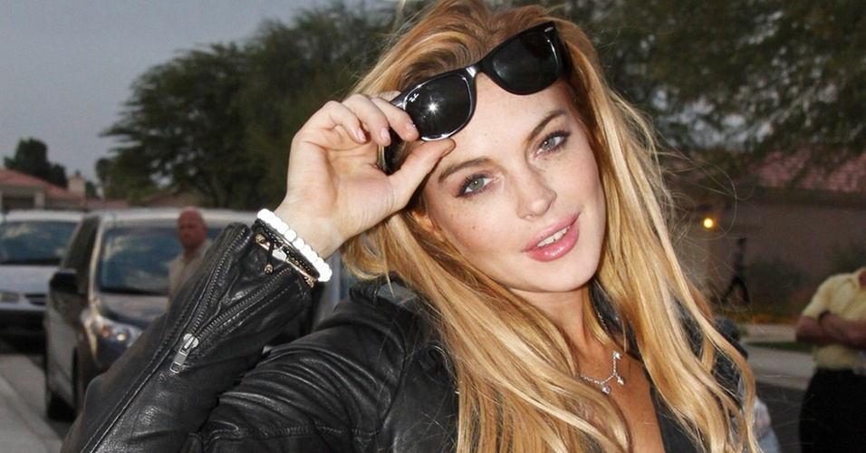 Lindsay Lohan posa para paparazzo na sa&#237;da de sua casa em  Palm Desert, Calif&#243;rnia (19/11/2010)
