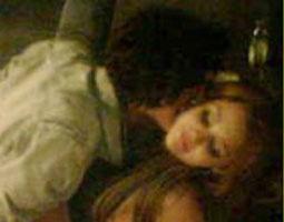 A estrela teen Miley Cyrus é fotografada aos beijos com o ator Avan Jogia em festa de aniversário em Los Angeles