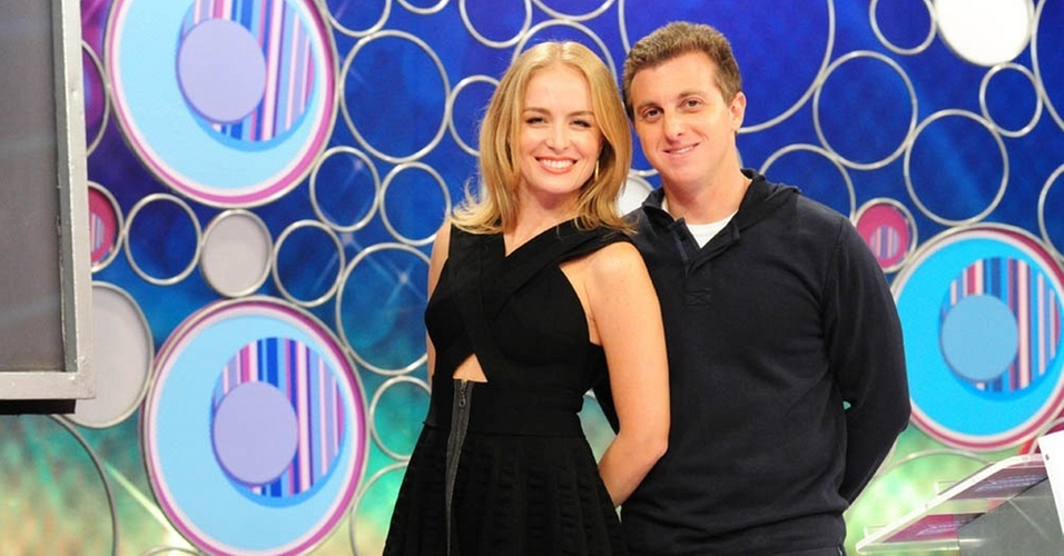 Anglica e Luciano Huck posam para foto no cenrio do 