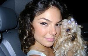 Isis Valverde com sua cadela Honey (30/11/10)