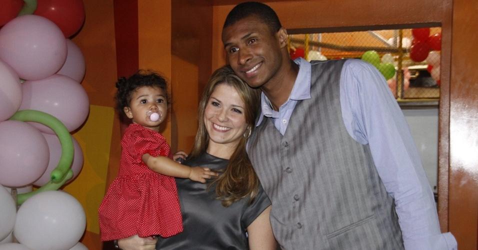 Samara Felippo, com Alícia no colo, e Leandrinho (26/6/2010)