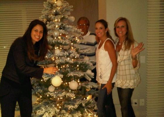 Ticiane Pinheiro monta �rvore de Natal com a irm�, J�, e os pais, Fernando e Hel� (30/11/10)