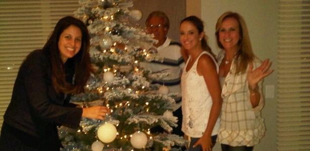 Ticiane Pinheiro monta árvore de Natal com a irmã, Jô, e os pais, Fernando e Helô (30/11/10)