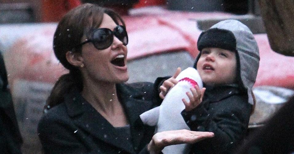 Angelina Jolie aproveita chuva de flocos de neve com a filha Vivienne Jolie-Pitt em Paris (1/12/2010)