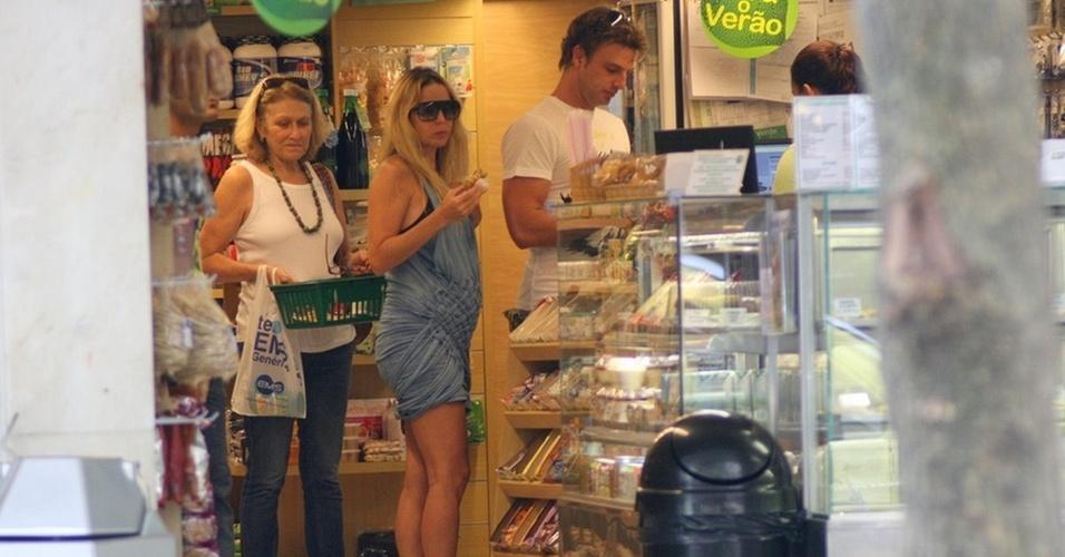 Danielle Winits e Cássio Reis em loja de produtos naturais no Rio (2/12/10)