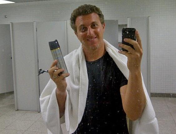 Luciano Huck posta foto fazendo barba no aeroporto do Galeão, no Rio (2/12/10)