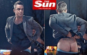 Robbie Williams mostra o bumbum em programa de TV (3/12/2010)