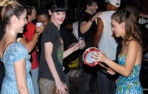 Carolina Dieckmann pega emprestado um tamborim e anima a festa de confraternização em um bar em Jacarepaguá com as atrizes Mayana Moura e Júlia Faria (6/12/10)